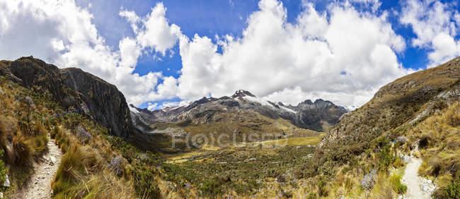 Paisagem panorâmica de América do Sul, Peru, Andes, Parque Nacional Huascaran, com serra no brilho do sol — Fotografia de Stock