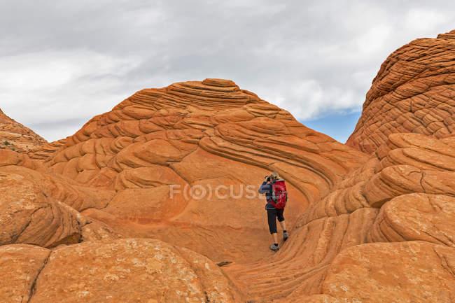 США, Арізона, сторінки, каньйоні хлопці, Vermillion скель пустелі, Койот Buttes, туриста на червоний кам'яних пірамід та buttes — стокове фото