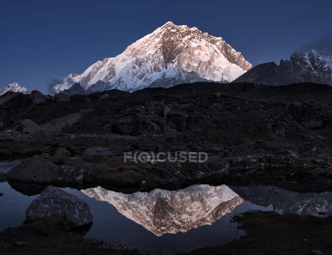 Népal, Himalaya, Khumbu, région de l'Everest, sommet de montagne de Nuptse avec reflet dans le lac — Photo de stock