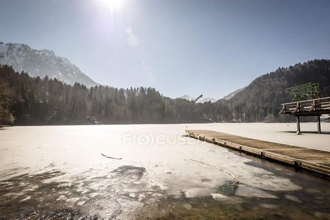 Germania, Oberstdorf, lungomare e lago ghiacciato in inverno — Foto stock