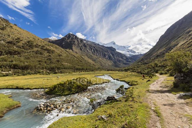 América do Sul, Peru, Andes, Parque Nacional Huascaran, paisagem de montanha com fluxo de água em primeiro plano — Fotografia de Stock