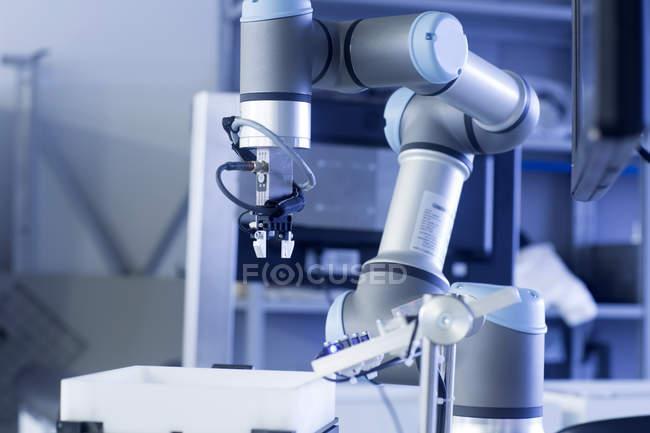 Braço de robô em uma planta de tecnologia de sensor — Fotografia de Stock