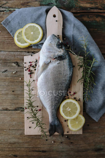 Raw Sea Bream on chopping board — Stock Photo