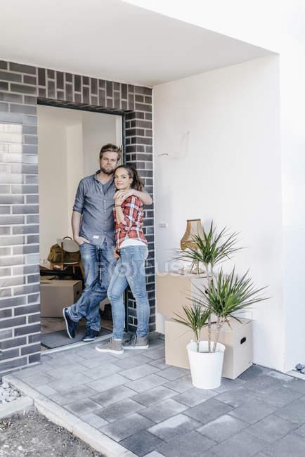Pie de la feliz pareja en la puerta de casa - foto de stock
