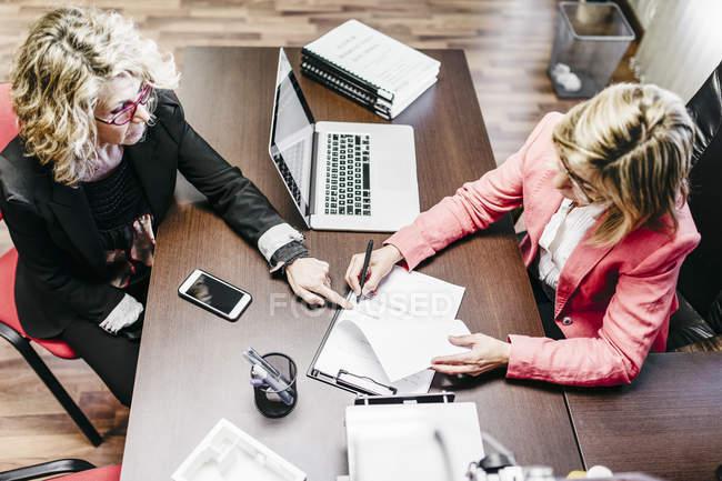 Два бізнеследі працює над документа в офісі — стокове фото