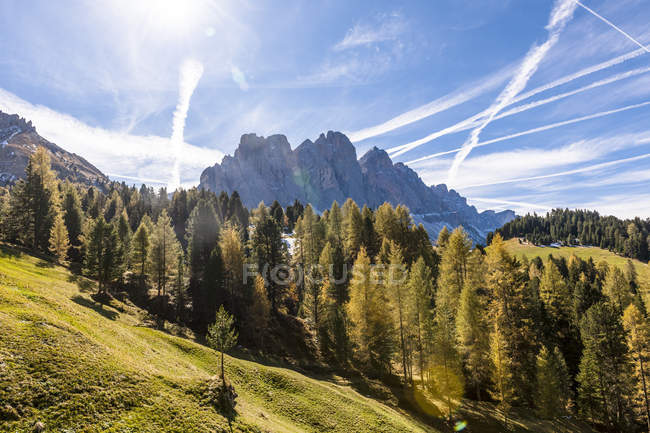 Italie, Tyrol du Sud, Villnoess Valley, chaîne de montagnes Geisler — Photo de stock