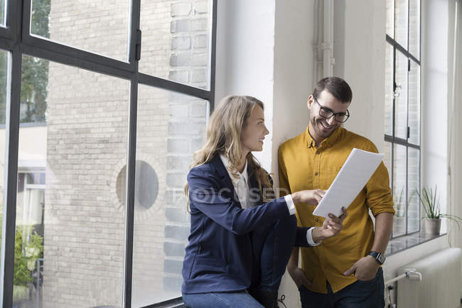 Two colleagues in office discussing documents — Stock Photo