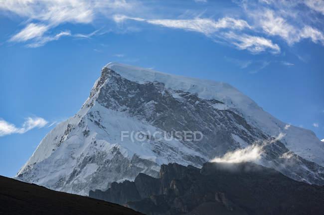 América do Sul, Peru, Andes, Parque Nacional de Huascarán. Cordilheira Blanca, Nevado Huascarn pico coberto de neve — Fotografia de Stock