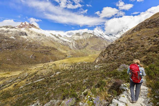 Peru, andes, cordillera blanca, huascaran nationalpark, tourist auf wanderweg mit blick auf nevado huascaran und nevado yanapaccha — Stockfoto
