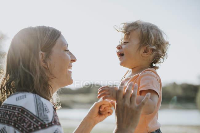 Мати і маленька дочка співати разом в природі — стокове фото