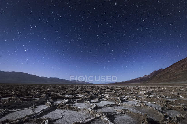 Vista di landcape di notte e colline su priorità bassa — Foto stock