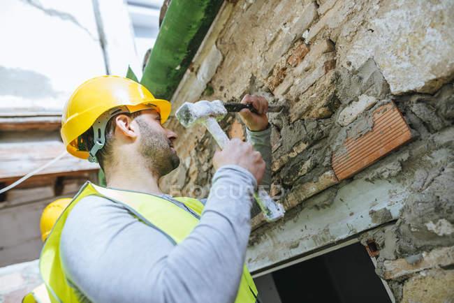 Gros plan du travailleur travaillant avec le marteau et le ciseau . — Photo de stock