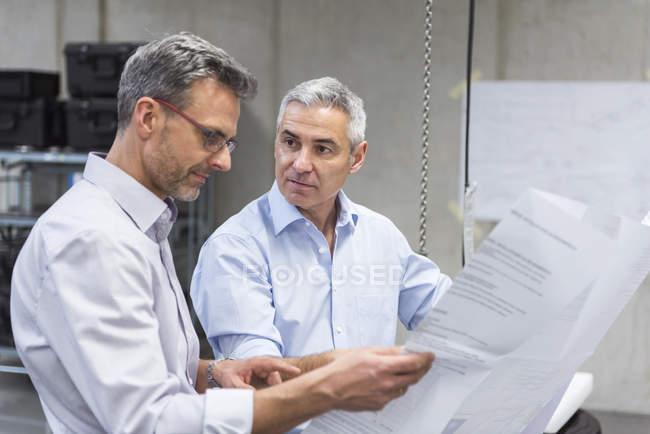 Бізнесмени, обговорюючи план будівництва — стокове фото