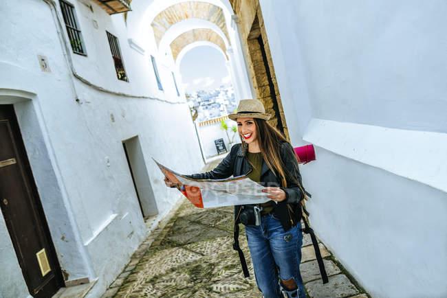 Espanha, Andaluzia, Vejer de la Frontera, Mulher viajante andando na rua