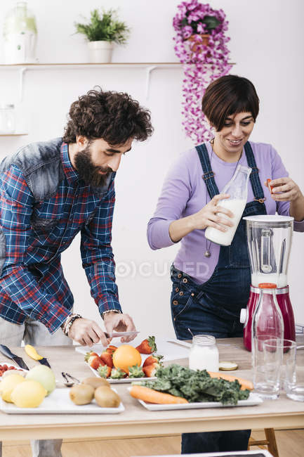 Couple preparing healthy smoothies, — Stock Photo