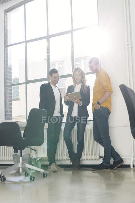 Молодим колегам з зустрічі в офісі — стокове фото