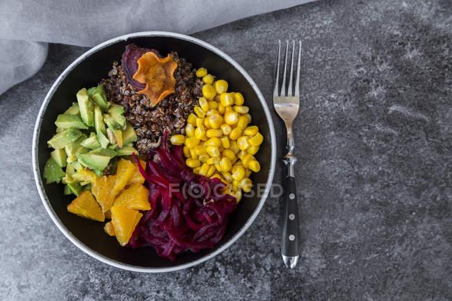 Bol déjeuner de quinoa rouge et légumes — Photo de stock
