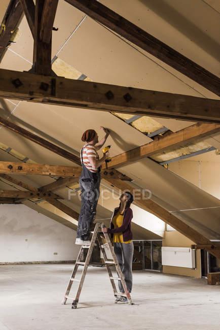 Porträt des jungen Paares Dachboden renovieren — Stockfoto