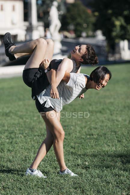 Zwei beste Freundinnen Spaß zusammen im park — Stockfoto