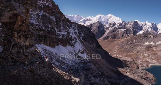 Pedras e penhascos com neve durante o dia, região do Everest — Fotografia de Stock