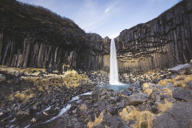 Skaftafell paisagem parque nacional com cachoeira svartifoss — Fotografia de Stock