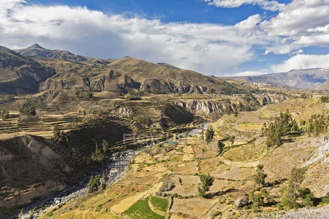 L'Amérique du Sud, Pérou, Andes, Chivay, Colca Tal, Canyon de Colca, entourée de montagnes, vue aérienne — Photo de stock