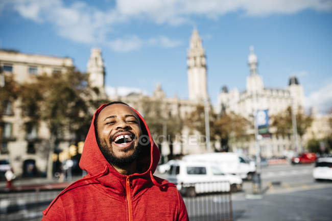 Spain, Barcelona. Portrait of young black guy in casual clothing, enjoying the city and the good weather. — Stock Photo