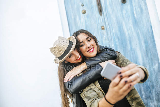 Two young women taking a selfie with smartphone — Stock Photo