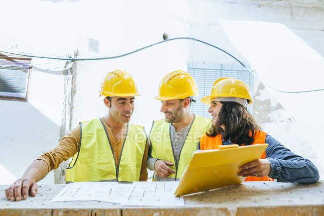 Група працівників, які говорять про проект. — стокове фото