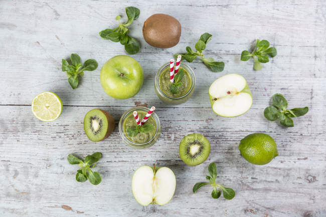 Detox green smoothie with fruits and mint — Stock Photo