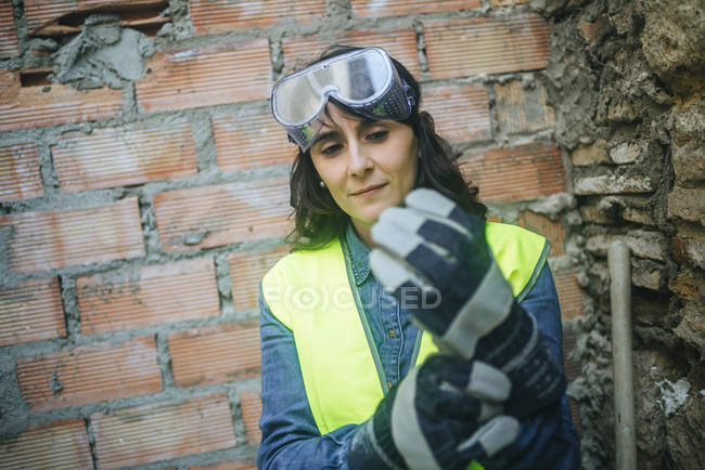 Портрет работы женщины надеть защитные перчатки. — стоковое фото