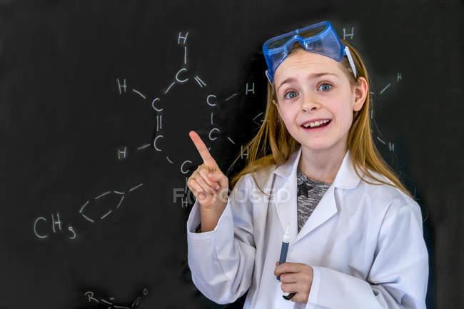 Дівчина носити роботи пальто і захисні окуляри за допомогою хімії, встановити в домашніх умовах — стокове фото