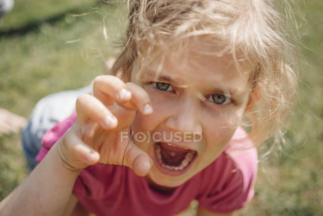 Ritratto di ragazza che finge di essere animale selvatico — Foto stock