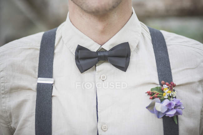 Nahaufnahme des Bräutigams mit Blumenschmuck — Stockfoto