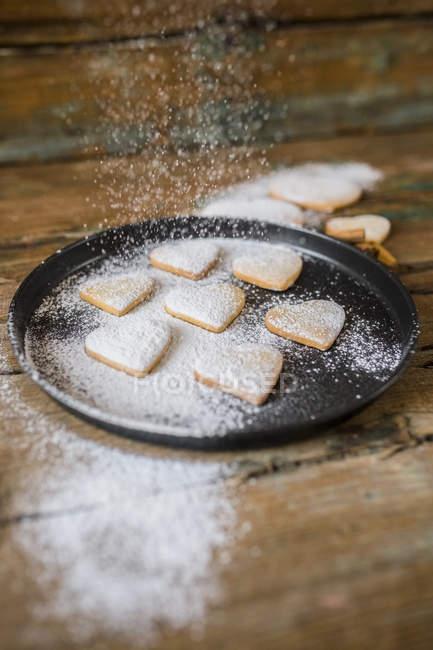 Pãezinhos em forma de coração de polvilhar com açúcar de confeiteiro — Fotografia de Stock