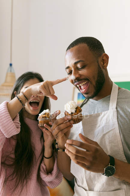 Ritratto di giovani coppie che imbrogliano con muffin — Foto stock