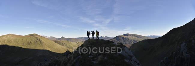 Nepal, Himalaya, Khumbu, Everest-Region. Drei Wanderer zu Fuß unterwegs — Stockfoto
