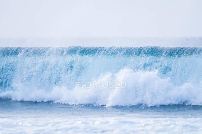 Grande vague d'eau de mer pendant la journée — Photo de stock