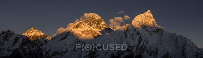 Vue du sommet de montagne everest sur coucher de soleil — Photo de stock