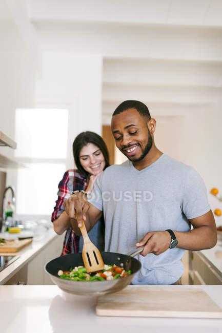Retrato de jovem casal cozinhando na cozinha — Fotografia de Stock