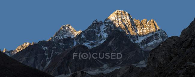 Vue du sommet de montagne de l'Himalaya pendant la journée — Photo de stock