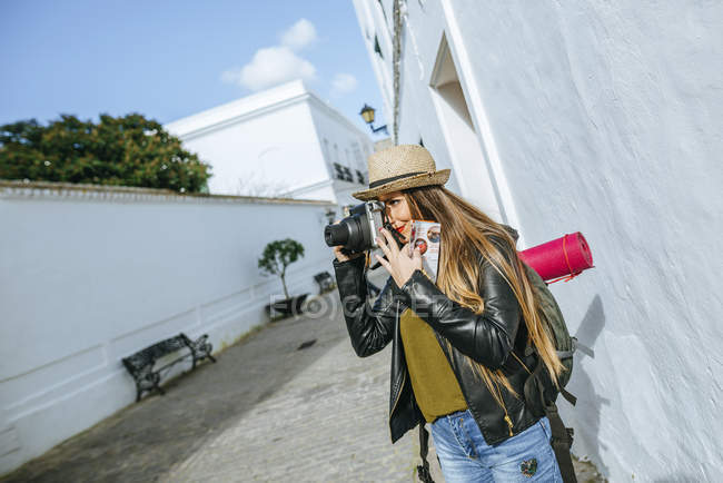 Spain, Andalusia, Vejer de la Frontera, Traveling woman taking a picture with a camera — Stock Photo