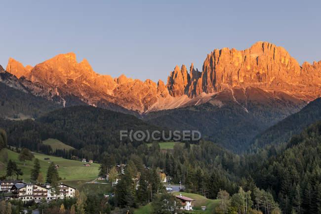 Vista de rochas e árvores a pé durante o dia — Fotografia de Stock