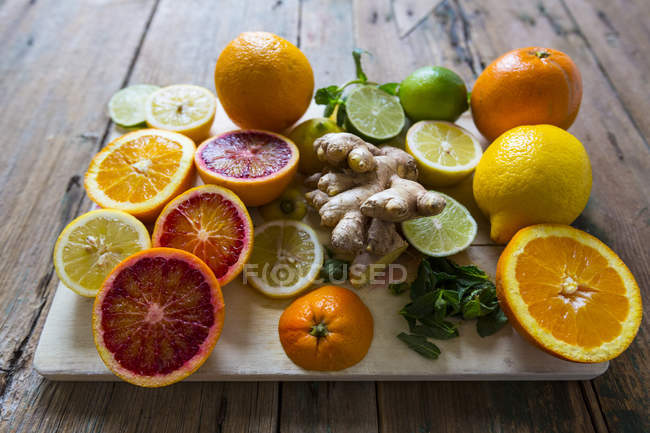Closeup view of different fruit halves on chopping board — Stock Photo