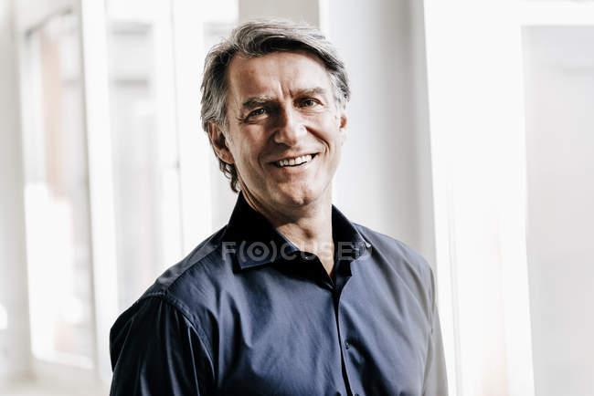 Lächelnder reifer Geschäftsmann — Stockfoto