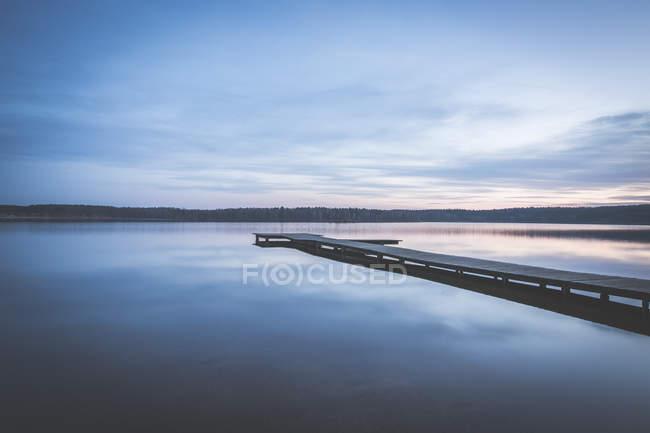 Germania, Sassonia-Anhalt, pontile al lago Bergwitz al tramonto — Foto stock