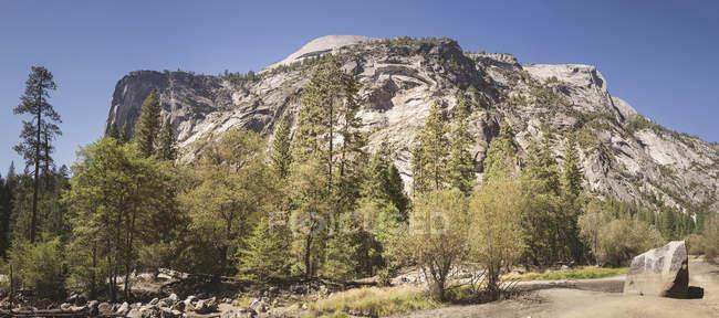 USA, Kalifornien, Yosemite-Nationalpark, Landschaft mit Felsformationen — Stockfoto