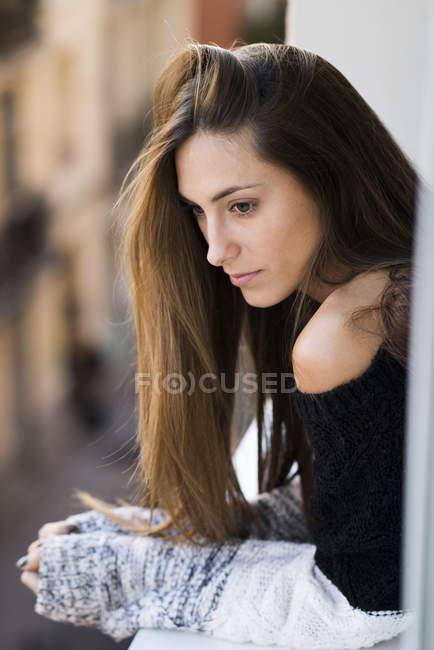 Donna appoggiata al davanzale — Foto stock