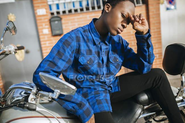 Portrait de jeune femme aux cheveux courts sur moto — Photo de stock