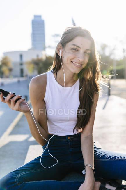 Обрезанный портрет молодой женщины со смартфоном — стоковое фото